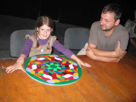 A Tudomány éjszakáján egy nagyon szép mintát kirakó játékos társaságában – Dárdai Zsuzsa felvétele